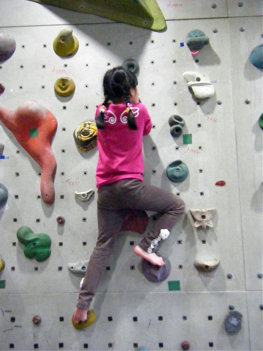儿童攀岩班抱石路线挑战1   攀岩室内攀岩儿童攀岩幼儿园...